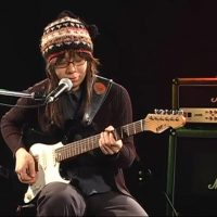 Le guitariste japonais Mikio Fuijioka